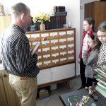 """""""Praca w bibliotece, zasady korzystania z biblioteki"""" - lekcja biblioteczna z wychowankami PWD Pękanino"""