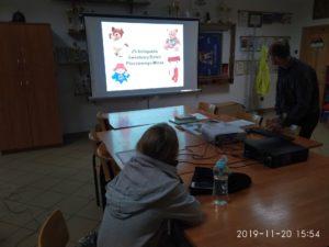 Na zdjęciu lekcja biblioteczna z okazji Światowego Dnia Pluszowego Misia w Pękaninie