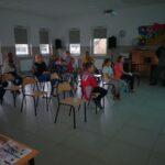 Zdjęcie przedstawia uczestników lekcji bibliotecznej w świetlicy w Kusicach
