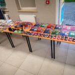 Zdjęcie przedstawia wystawkę kolekcji książek, odznaczeń i militariów w świetlicy w Kusicach