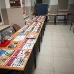 Zdjęcie przedstawia wystawkę książek, czasopism, gier, militariów w świetlicy w Kusicach