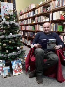 Bibliotekarz Dariusz Czesnowski czyta Opowieść wigilijną Charlesa Dickensa