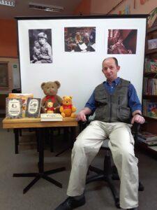 Bibliotekarz Robert Baran podczas wystąpienia z okazji Dnia Kubusia Puchatka